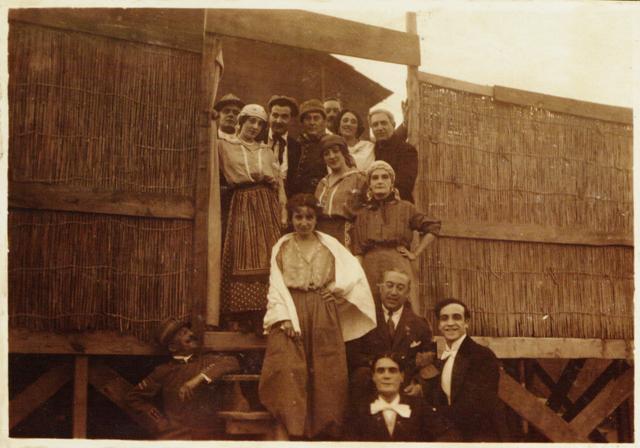 Il teatro del soldato al fronte. Compagnia teatrale in posa, 1916, Roma, Museo Centrale del Risorgimento