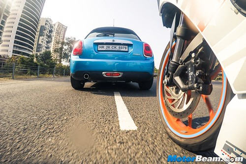 KTM-RC-390-vs-MINI-Cooper-03