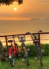 bicis y sol en miraflores (emmanhuel) Tags: sol bike bicycle de atardecer mar high dynamic bicicleta bici puesta bicyclette range alto naranja fahrrad hdr highdynamicrange bicicletas miraflores tarde vlo fiets rower cykel polkupyr bicicletta dinmico rango biciclet