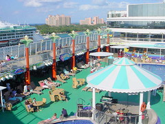 5-15 40 dk 12 pool and Paradise Is. (petespix75) Tags: bahamas paradiseisland cruiseships atlantishotel norwegiangem