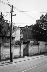(SpeNoot) Tags: street door wall wire gate minimal pole wires kapu fal gyr ajt oszlop drt drtos tzfal
