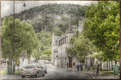 Strassenszene - Street scene (vampire-carmen) Tags: street trees cidade mountain building history texture berg forest photoshop scotland town highlands traffic unitedkingdom strasse stadt linn grad wald bume verkehr gebude baile hdr ville kota stad balmoral citt schottland ciutat geschichte miasto miestas  grossbritannien bandar   greatbritian kaupunki burgo herri  tref     kutha vereinigtesknigreich pilsta   qytet hr  obodo thtrn    canoneos600d          hauvlubzos