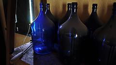 alambique (Natal Forcelli) Tags: brasil brazil mata floresta matanativa nativa caminho trilha alambique adega cachaça pinga destilado azul garrafão vidro tonel jug