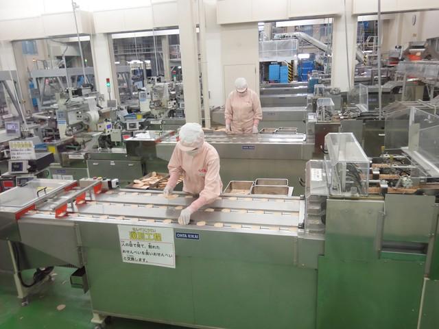 店舗の隣には、工場が隣接されていて製造風景が見学できるよう。|えびせんべいの里