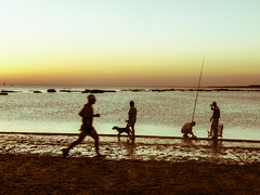 La playa (Lou Rouge) Tags: sunset sea summer people dog silhouette atardecer mar fishing andaluca gente playa running perro verano fisher pasear silueta freetime runner vacaciones siluetas pescador atar correr pescar sanlucardebarrameda