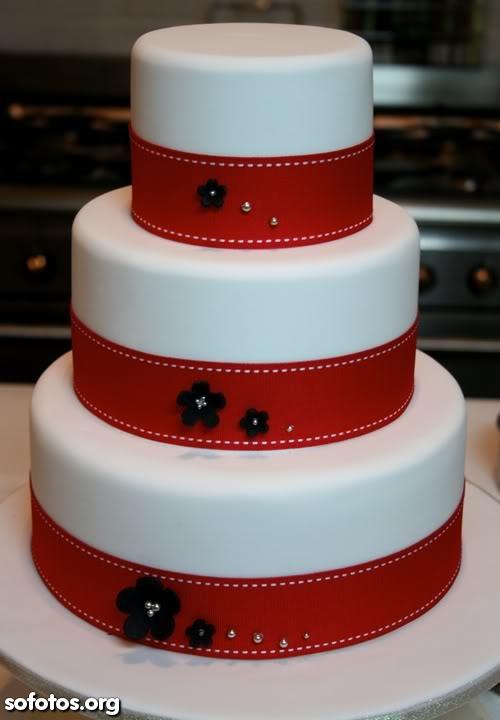 Bolo de casamento com faixas vermelhas