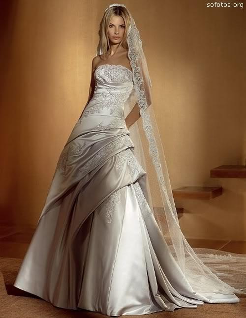 Vestido de noiva de cetim com véu