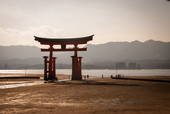 鳥居。 宮島 。 日没への入り口。 (guigonliz) Tags: sunset beach japan landscape island atardecer nikon afternoon playa hiroshima miyajima 日本 puestadesol prefecture torii 鳥居 isla japon nihon 風景 japó vespre itsukushima japón 広島 d60 宮島 japo 日没 午後 島 hatsukaichi 廿日市市 午後遅く flickrandroidapp:filter=none 厳岛 午後遅
