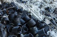 Tubos entre algodón (Vajtan) Tags: color blanco metal azul gris sombra solo marron espiral tornillo tarde pequeño negros oxidado tubos abandonado hierro hueco algodon suabe vajtan