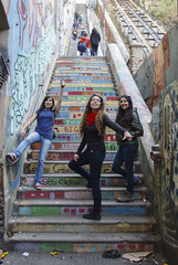 Chicas en la escalera de colores (Imthearsonist) Tags: chile girls people stairs valparaiso colores escalera chicas vregin peldaos patrimoniocultural canont3i