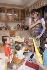 當明星的順傑叔叔回來了.. (小賴賴的相簿) Tags: birthday family sony 台灣 台北 生日 家庭 全家福 爸爸 生日快樂 1680 小蔡 a55 單眼 1680mm 蔡斯 slta55v anlong77 小賴家 小賴賴