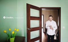 swietliste-fotografia-slubna-przygotowania-fotografujemy-zolte-tulipany-pan-mlody