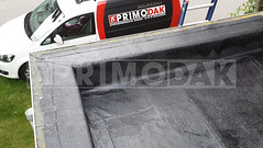 Dakdekker: Foto 2: Nadat het dak is gereinigd zetten wij het dak in een hechtlaag met een verfroller. Deze hechtlaag is een primer van Siplast dat zorgt voor een perfecte hechting bij het renoveren van het dak
