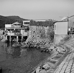 Stone House beside the Pier (Functionary) Tags: hongkong  ilford franka schneiderkreuznach orangefilter  solida grassisland radionar colorsix bwfp