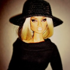 Portrait (Deejay Bafaroy) Tags: portrait black hat fashion closeup toys doll dress portrt queen hut blond wig blonde natalia mode fatale fr hive schwarz puppe integrity the percke kleid of fashionroyalty