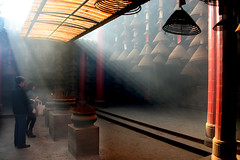 Pray (MelindaChan ^..^) Tags: 中山 崖口村 chungshan china chanmelmel mel melinda melindachan worship joss incense coils jossincensecoils 塔香 香 香塔 崖口 insence coil pray prayer people life culture heritage tradition history traition pattern light shade shadow temple buddhist chinese jossinsencecoils 塔 崖口村集益古廟群 集益 古廟
