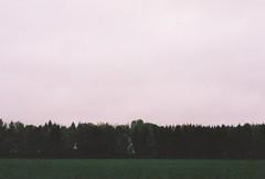 Tiralíneas ([Londres]) Tags: field landsape green pink noise film canoneos3 canon 2016 negativespace