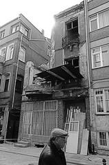 Old age (Tinenit) Tags: istanbul ulica ljudje turčija hiša predmeti avtomobil podrtija pešci
