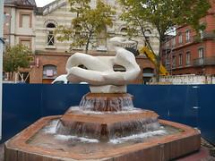 Toulouse, Haute-Garonne:  fontaine Evasion et Notre Dame des Grâces, place d'Arménie. (Marie-Hélène Cingal) Tags: france fountain toulouse 31 fontana fontaine évasion sudouest hautegaronne midipyrénées