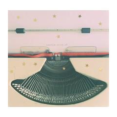 (Vallelitoral) Tags: old cute apple vintage stars words nice retro estrellas palabras iphone máquinadeescribir purpurina flickraward typewritermachine iphonegraphy hipstamatic lasventajasdeserunmarginado