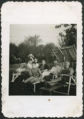 Archiv A851 Sommerfrische, 1950ern (Hans-Michael Tappen) Tags: hat outdoor 1960s sombrero garten rasen 1960er sommerfrische liegestühle lockenwickler fotorahmen archivhansmichaeltappen