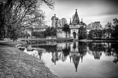 An einem Frühlingssonntag (Fotos4RR) Tags: franzensburg laxenburg niederösterreich österreich burg franz spiegelung schwarzweiss sw loweraustria austria chateau castle reflection mirroring blackwhite blackandwhite bw