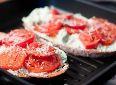 Opiekane pieczywo z pomidorami i serową pastą (meskakuchnia) Tags: pomidory śniadanie bazylia parmezan pieczywo przepisykulinarne przepiskulinarny serfeta męskakuchnia meskakuchnia
