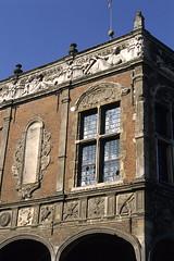 Aire-sur-la-Lys, bailliage (Ytierny) Tags: sculpture france vertical architecture pierre arcade frise fentre renaissance ville artois flandres edifice pasdecalais airesurlalys bailliage ytierny