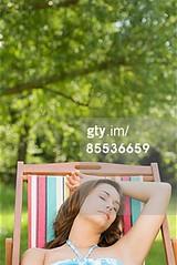 sedia da giardino (grafico5c) Tags: giovaneadulto rilassamento caucasico composizioneverticale soltantounapersona solounadonnagiovane soloadulti ambientazionetranquilla genteserena