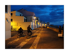 L'heure bleue (Franco & Lia) Tags: alghero sardegna sardinia heurebleue muraglia street fotografiadistrada photographiederue notte night bynight bicicletta bike cityscape