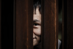 Peek (鋒鋒相連到天邊) Tags: eye peek window 眼睛 偷窺 窺視 窗戶 男人 男性 男生 male man 笑 face portrait 桃園神社 taoyuan shrine asian people 臉
