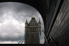 Een brug te ver? (Twaalfdozijn) Tags: england london tower thames clouds stairs towerbridge river dark tunnel toweroflondon engeland renkum londen revier robgros twaalfdozijn 12dozijn