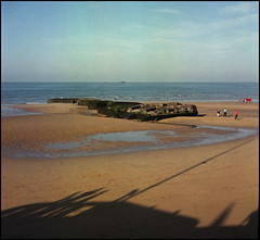 La Normandie in 6x6 (35) (Hans Kerensky) Tags: 120 tlr beach rolleiflex gold la harbor fuji september 100 normandie normandy dday invasion arromanches reala automat mulberry 35a plustek 2013 opticfilm anywhitefieldtagbyflickrsspamtagbot