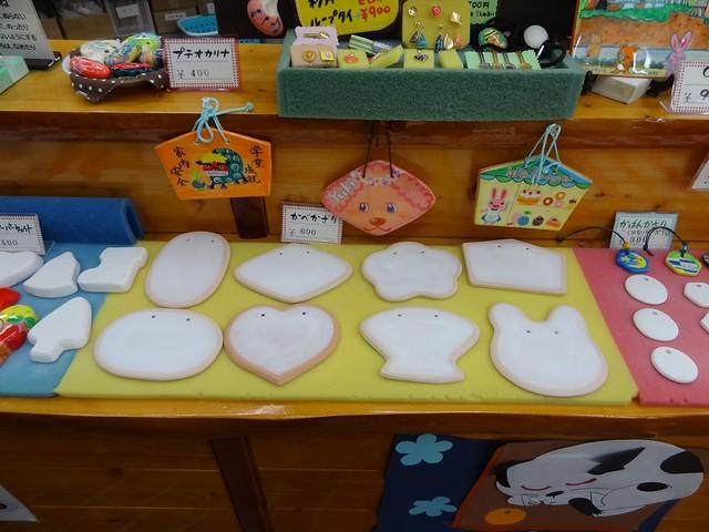 EB教室のカウンターに素材となる様々な陶器が置いてあるので、。|おかざき世界子ども美術博物館