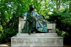 Anonymus Budapest (Roel Wijnants) Tags: roelwijnants roelwijnantsfotografie roel1943 anonymusbudapest statue beeld kroniekschrijver gestahungarorum vajdahunyadcastle budapest wandelen wandelvondst mooidenhaag tekst teksten