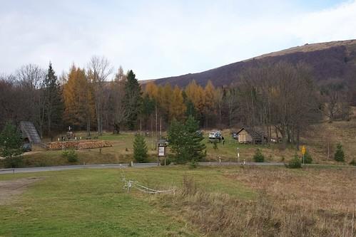 Przełęcz Wyżna i początek żółtego szlaku do Chatki Puchatka późną jesienią