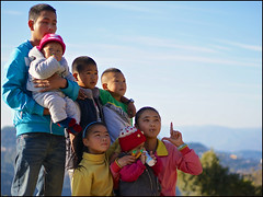 En Famille (Christian Lagat) Tags: china family famille pose 中国 yunnan chine bada 云南 sonynex6