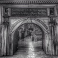 بوابة مسجد كاب عباراتها باللغة العثمانية #istanbul #اسطنبول #bw #iphongrafi (anwar marghalani) Tags: bw istanbul مسجد كاب اسطنبول بوابة العثمانية باللغة iphongrafi عباراتها