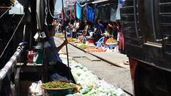 สถานีรถไฟแม่กลอง (kuwaru) Tags: railroad people thailand market railway maeklong bkk2013 สถานีรถไฟแม่กลอง