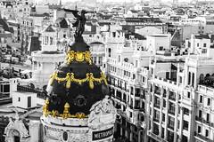 Un poco de color... (Álvaro Hurtado) Tags: madrid city bw españa building statue angel cutout golden spain centre edificio centro ciudad metropolis estatua dorado ángel metrópolis desaturación desaturaciónselectiva d3100
