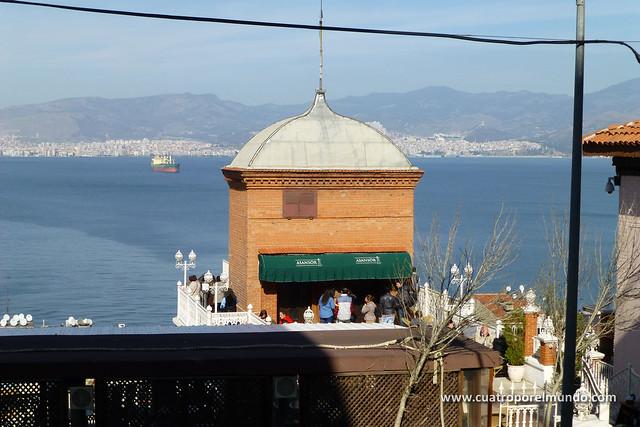 Vista de la torre del ascensor y la bahia de Izmir al fondo