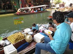 si mangia (ivafadelli) Tags: barca bangkok acqua mercato thailandia mangiare cucinare