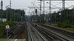 Esperando el tren (Miradortigre) Tags: germany tren tracks railway bahnhof netherland alemania holanda stazione treno frontera ferrocarril  vias      catenaria