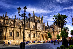Catedral - Sevilla (mgarciac1965) Tags: calle gente catedral sevilla seville andalucía andalucia andalusia españa spain color luz cielo nubes nikond5200 farola palmera