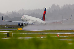 Rainy Days And Airplanes (planephotoman) Tags: pdx boeing 757 752 kpdx 757232 portlandinternationalairport 5653 pdxaircraft 757200wl n553nw pdxmsp 757232wl dl993