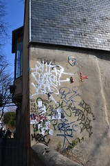 Or feat Gregos (Ausmoz) Tags: street urban streetart paris art face wall faces installation decal walls serpent rue mur 75018 snakes decals murs tete visage plumes serpents urbain visages gregos tetes intallations or