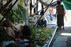 นอนของผลไม้ (kuwaru) Tags: people fruits thailand rail railway j1 maeklong nikon1 bkk2013 สถานีรถไฟแม่กลอง