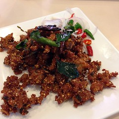 ลาบหมูทอด | Fried Minced Pork Mixed With Thai Spices And Lime Dressing @ ไก่ตะกร้า | Kai Ta Kra by Khun Shine