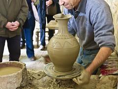 Tpferei / Pottery # 12 (schreibtnix) Tags: travelling reisen potter kreta griechenland handcraft handwerk tpferei potterswheel thrapsano tpferscheibe potteryworkshop tpfer olympuse5 schreibtnix