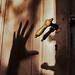 Dörrhandtag med skuggad hand